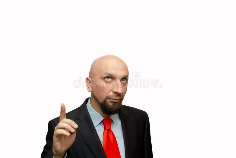 De kale mens kijkt omhooggaand en benadrukt zijn vinger, plaats voor tekst, geschoren hoofd stock fotografie