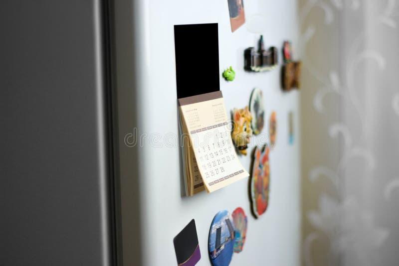 De kalender op de koelkast wordt gekleefd die Sluit omhoog royalty-vrije stock foto's
