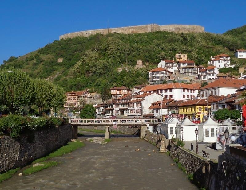 De Kaljaja-Vesting bij de heuveltop zoals die van Lumbardhi-Rivier, Prizren, Kosovo wordt gezien royalty-vrije stock afbeeldingen