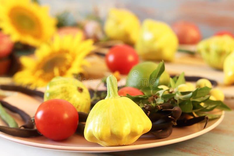De kalk en de citroenen voor de voorbereiding van de drank verspreidden zich op de keukenlijst royalty-vrije stock afbeelding