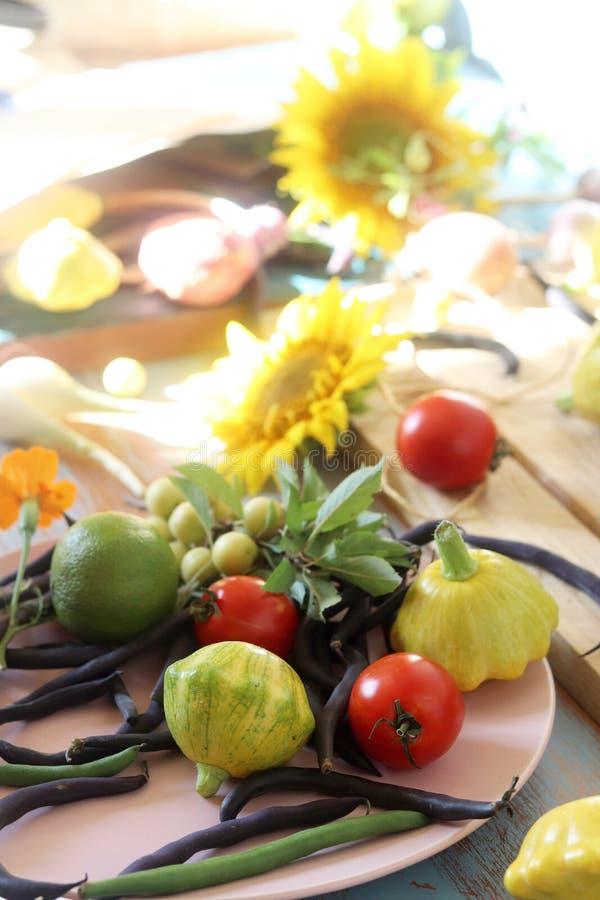De kalk en de citroenen voor de voorbereiding van de drank verspreidden zich op de keukenlijst royalty-vrije stock afbeeldingen