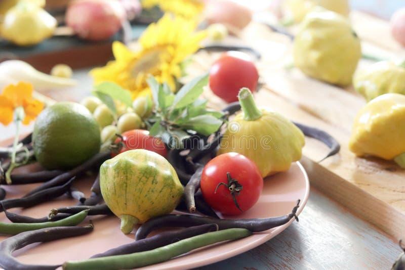 De kalk en de citroenen voor de voorbereiding van de drank verspreidden zich op de keukenlijst royalty-vrije stock foto