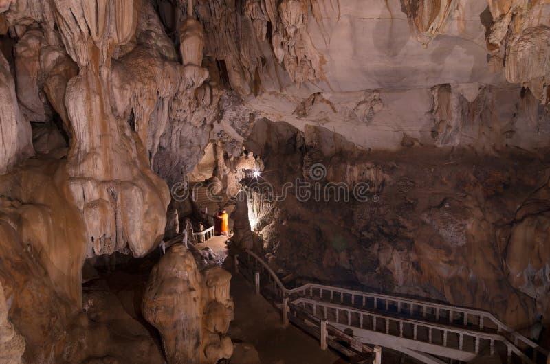 De kalksteenvormingen in Tham Jang of Chang Cave in Vang wedijveren stock foto
