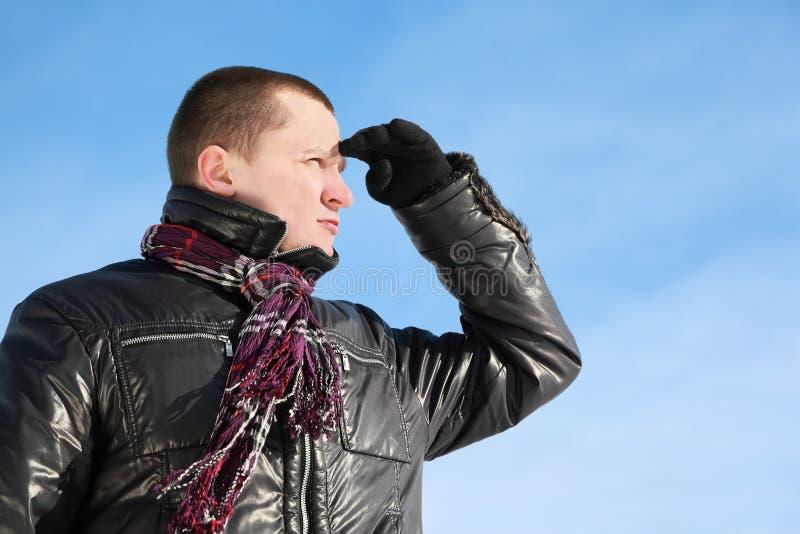 De kameraad tegen de winterdag kijkt ver stock foto