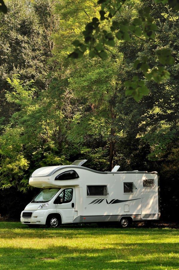 Download De Kampeerauto Parkeerde In Een Platteland Stock Afbeelding - Afbeelding bestaande uit italië, recreatie: 29503697