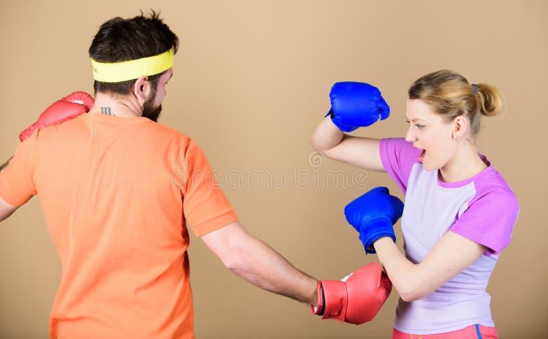 De kampioenschappen van defensiewinsten ponsen, sportsucces sportkleding strijd Gelukkige vrouw en gebaarde man training in gymna royalty-vrije stock foto's