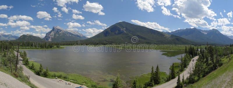 De kanadensiska steniga bergen n royaltyfria foton
