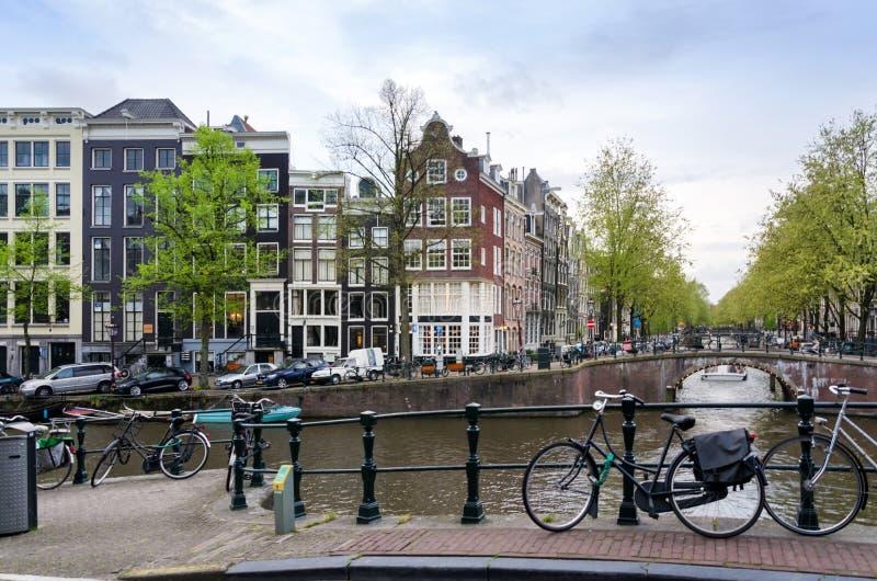 De kanalen van Amsterdam met fiets stock fotografie