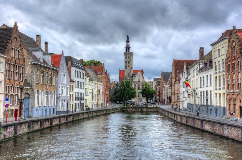 De kanalen van Brugge en Van Eyck-vierkant, België stock afbeeldingen