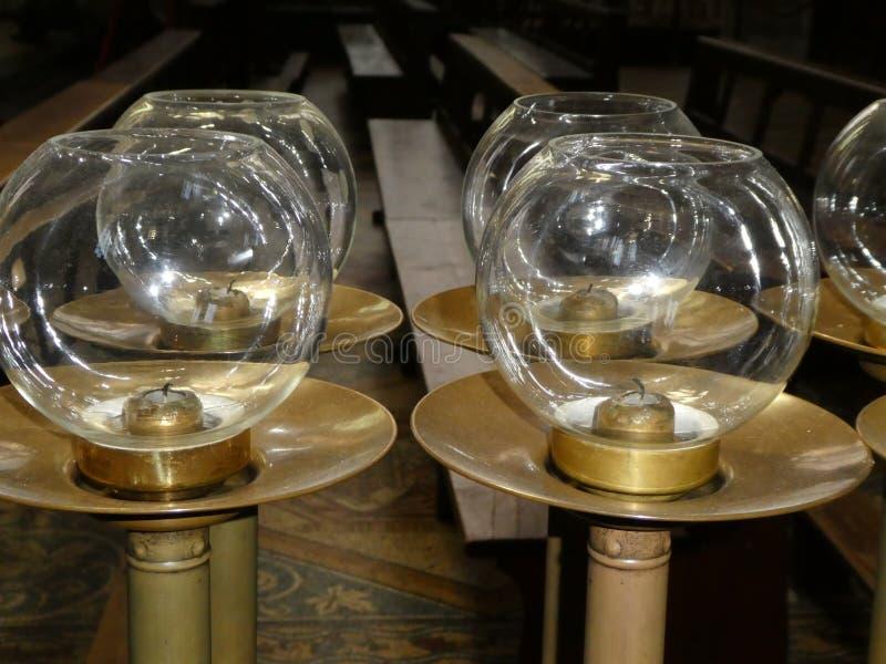 De kandelaars van de messingskerk met glaskommen stock foto's