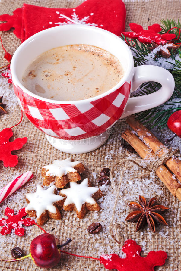 De kaneelsterren van Kerstmis met kop cappuccino's royalty-vrije stock fotografie
