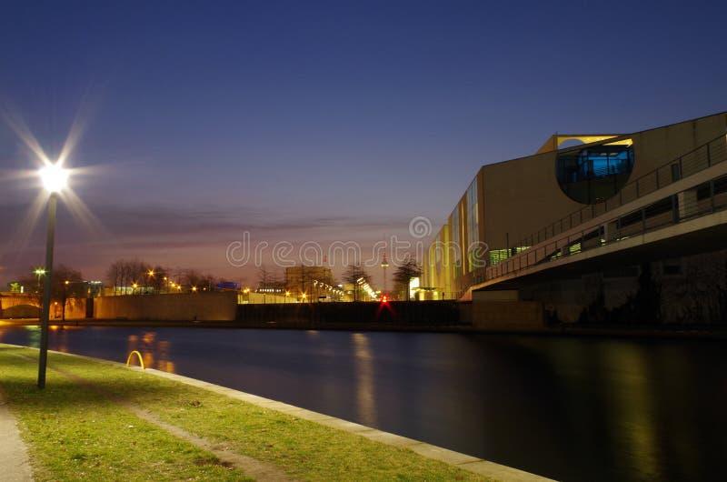 De kanselarijbouw in Berlijn bij ons blauw stock afbeeldingen