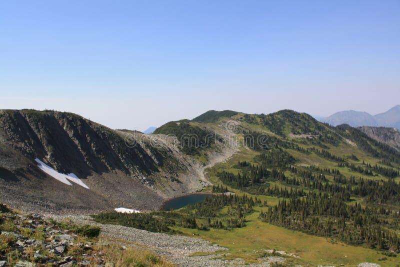 De Kant van de berg met Klein Meer stock afbeelding