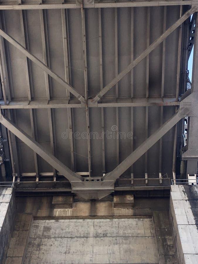 De kant van San Francisco van de de Baaibrug van San Francisco-Oakland, van neer hieronder stock foto