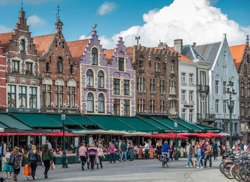 De kant van de voorgevelrij NW van Markt-Vierkant in Brugge, Vlaanderen, België royalty-vrije stock afbeeldingen