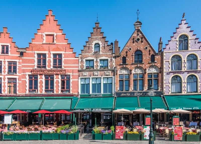 De kant van de voorgevelrij NW van Markt-Vierkant in Brugge, Vlaanderen, België stock fotografie