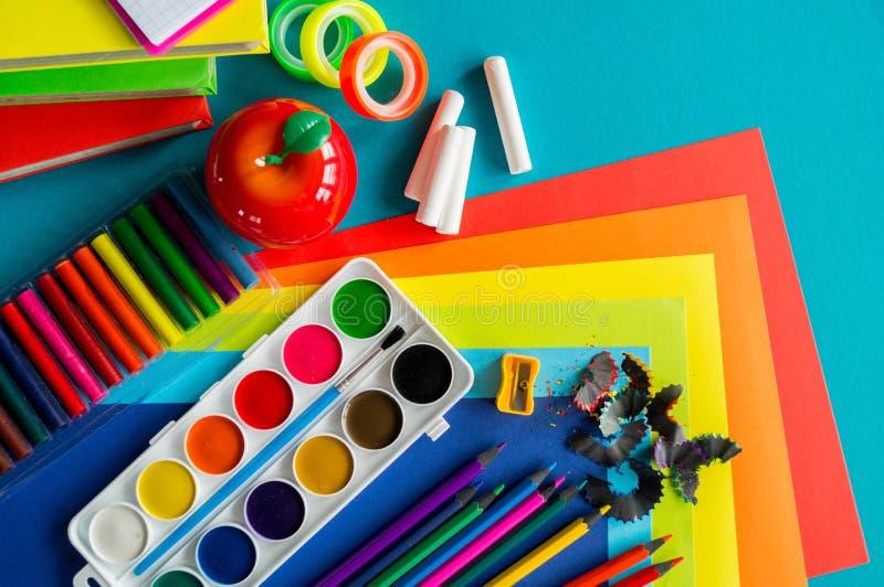 De kantoorbehoeften voor studie op school ligt op blauw Terug naar School Geluk en vredessymbool stock foto