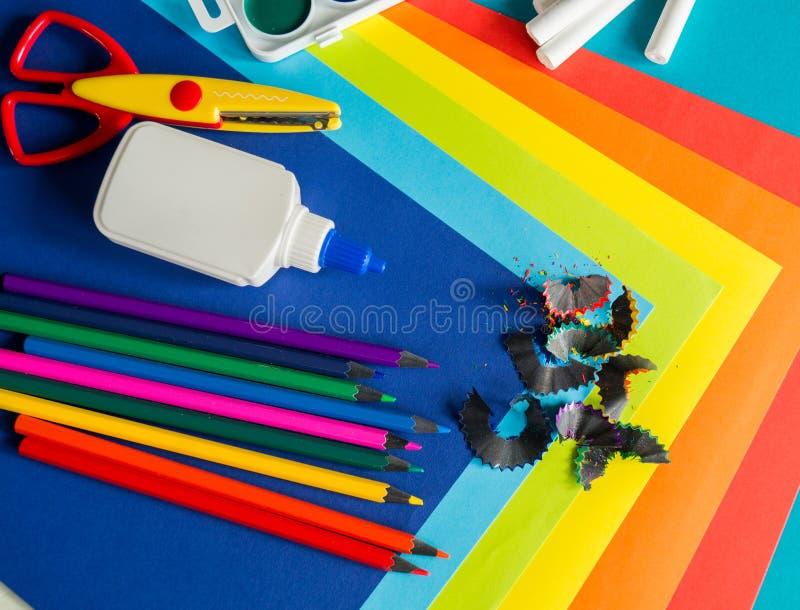 De kantoorbehoeften voor studie op school ligt op blauw Terug naar School Geluk en vredessymbool stock afbeeldingen