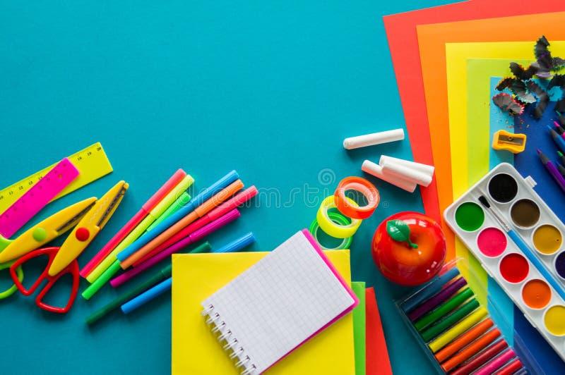 De kantoorbehoeften voor studie op school ligt op blauw Terug naar School Geluk en vredessymbool royalty-vrije stock foto's