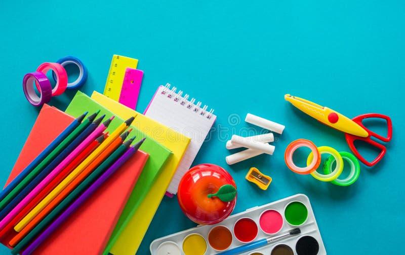 De kantoorbehoeften voor studie op school ligt op blauw Terug naar School Geluk en vredessymbool royalty-vrije stock afbeeldingen