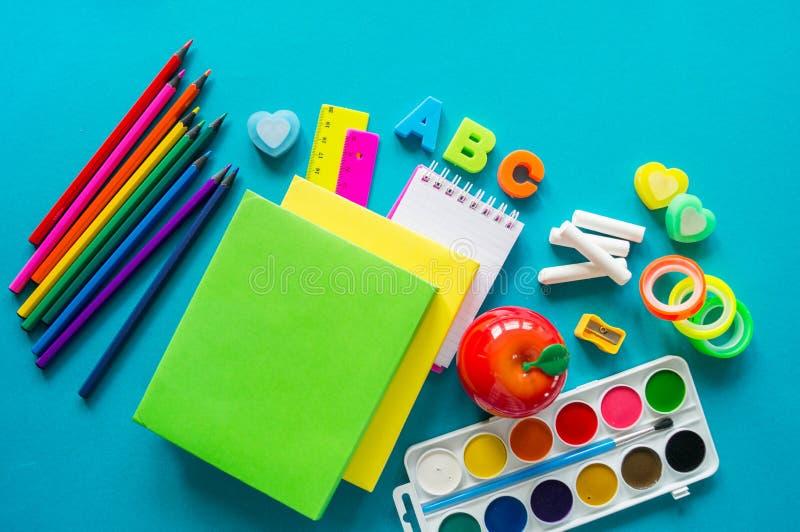 De kantoorbehoeften voor studie op school ligt op blauw Terug naar School Geluk en vredessymbool stock fotografie