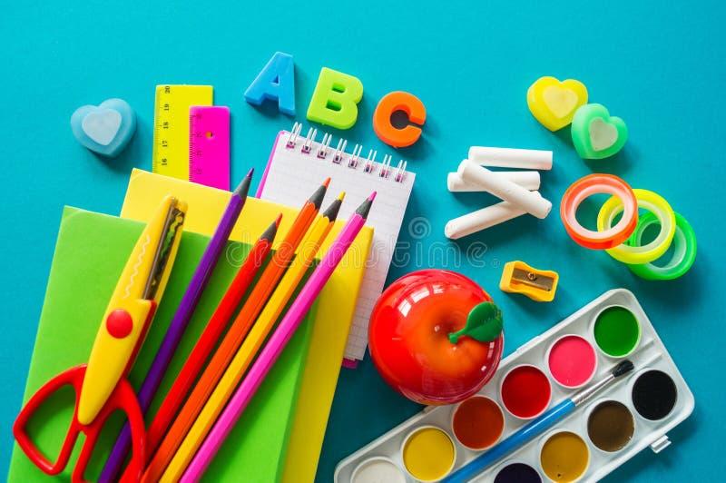 De kantoorbehoeften voor studie op school ligt op blauw Terug naar School Geluk en vredessymbool stock afbeelding