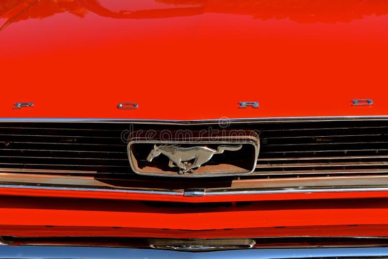 de kap van 1965, grill, en het embleem van de Mustangauto stock foto