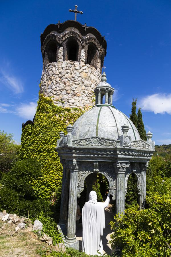 De kapel en de klokketoren van het Kasteel van Ravadinovo stock fotografie