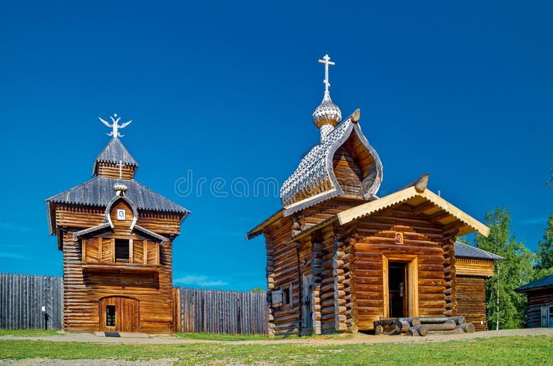 De kapel in Siberisch dorp close-up Etnografisch Openluchtmuseum ?Taltsy ? Houten architectuur Rusland Meer Baikal stock foto