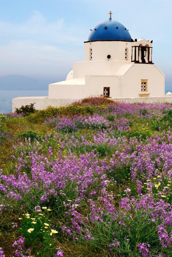 De kapel van het platteland in Santorini, Griekenland stock foto's