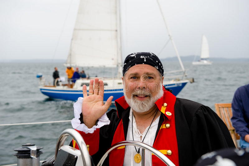 De kapitein van de piraat bij roer van boot royalty-vrije stock afbeeldingen