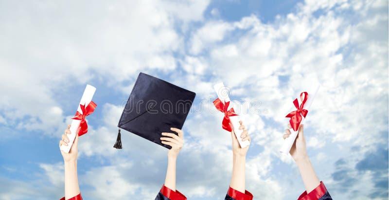 De Kappen van de graduatie die in de Lucht worden geworpen stock afbeelding
