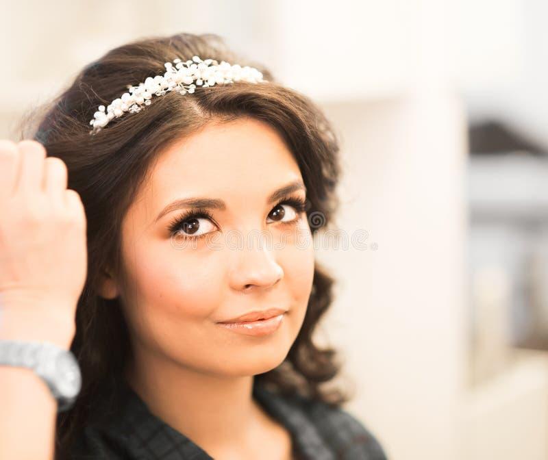 De kapper doet een kapsel aan de bruid royalty-vrije stock foto's