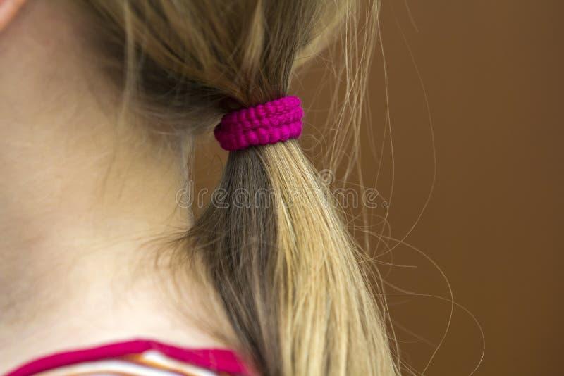 De kapper is scherp haar van een kindmeisje in kapperswinkel royalty-vrije stock foto's