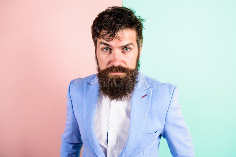 De kapper tipt het verzorgen baard Mensen gebaarde hipster op strikte gezichts roze blauwe achtergrond Hipsterkerel met slordig s stock afbeelding
