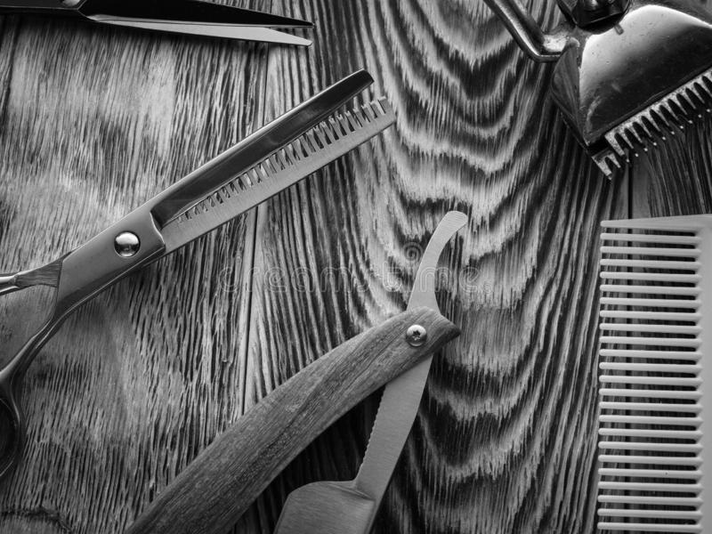 De kapper winkelt hulpmiddelen op houten bureau BW stock fotografie