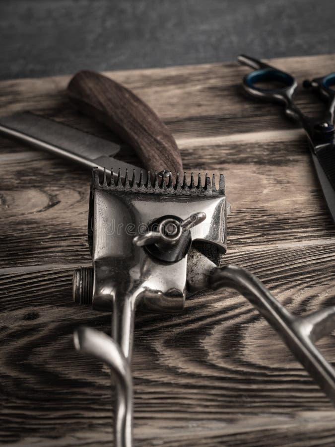 De kapper winkelt hulpmiddelen op houten bureau gepasteuriseerd beeld royalty-vrije stock fotografie