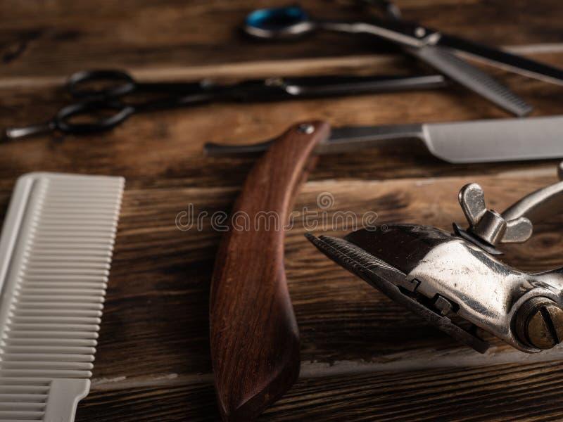 De kapper winkelt hulpmiddelen op houten bureau royalty-vrije stock fotografie