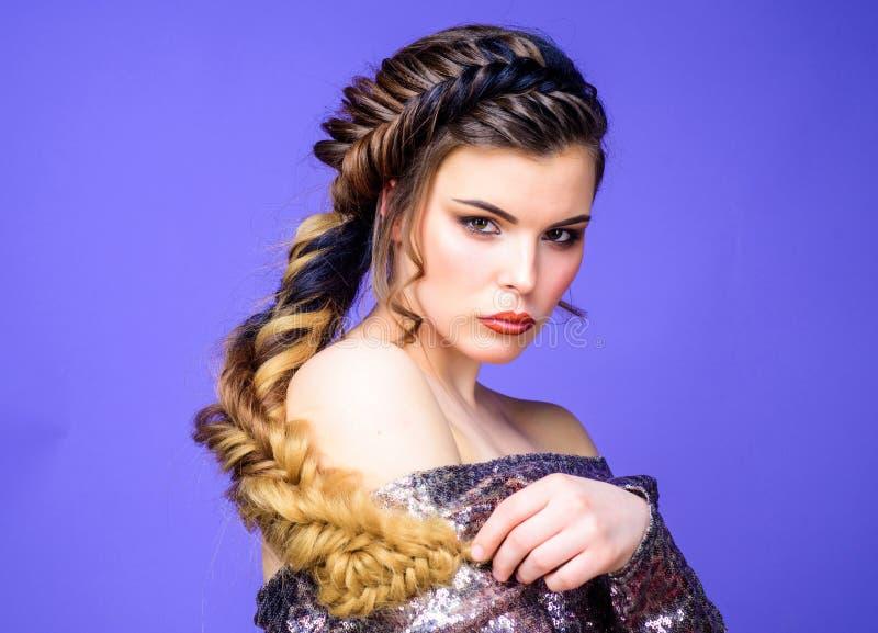 De kapperart. van de schoonheidssalon Het gevlechte lange haar van de meisjesmake-up gezicht Franse vlecht Het professionele haar stock fotografie