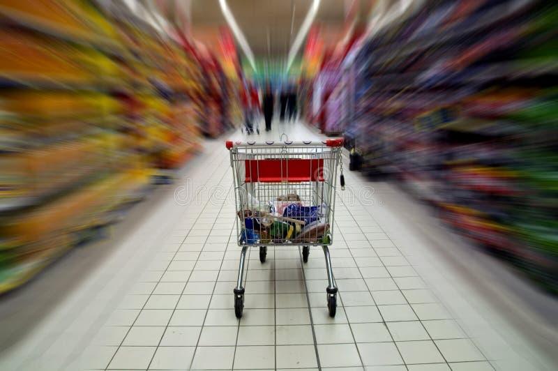 De kar van de supermarkt royalty-vrije stock afbeeldingen