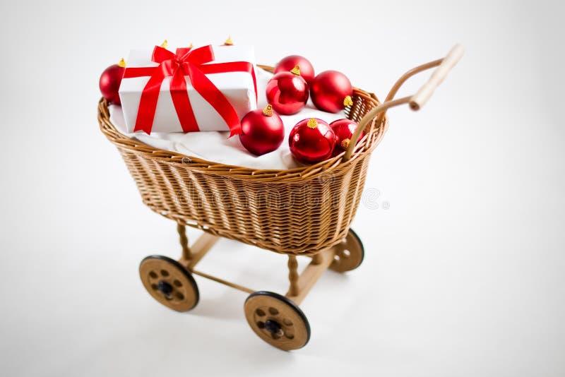 De kar van Kerstmis met rode snuisterijen en santagift stock foto