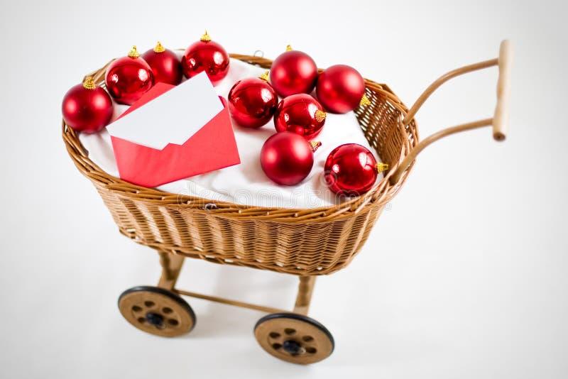 De kar van Kerstmis met snuisterijen en brief royalty-vrije stock afbeelding