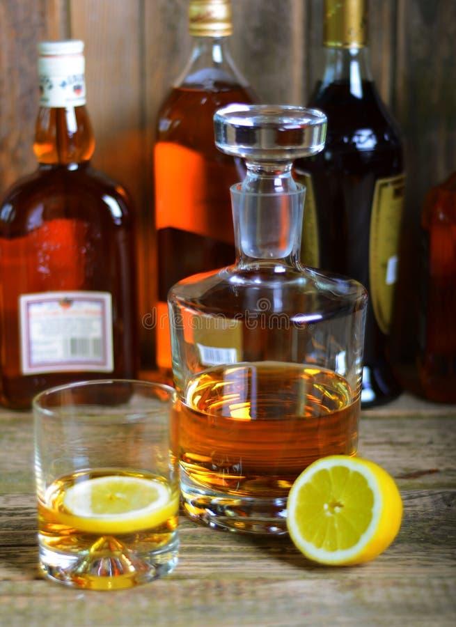 De karaf en het glas wisky stock foto