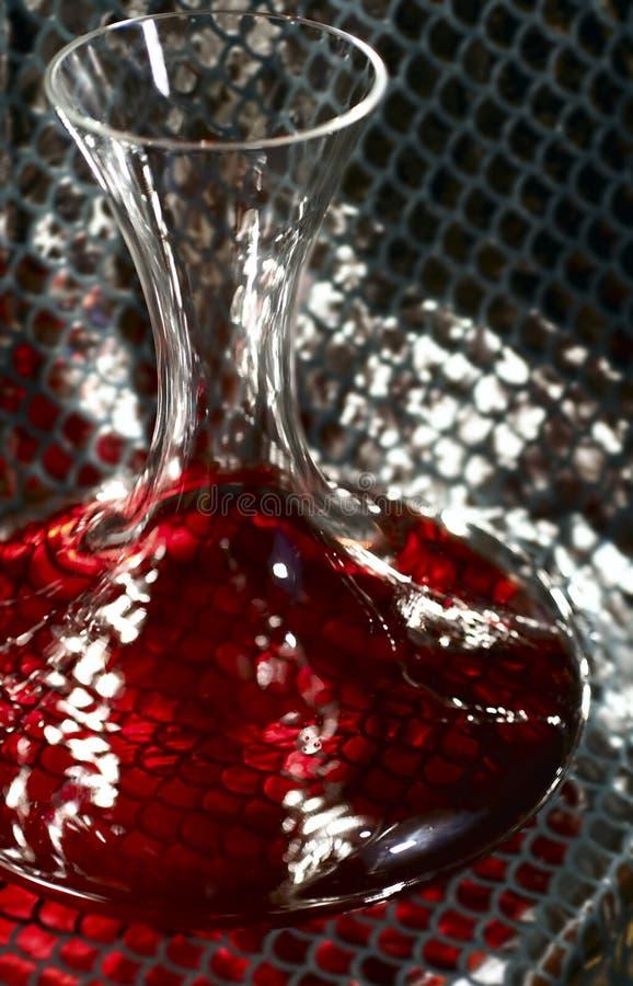 De karaf van de wijn op zilver stock afbeeldingen