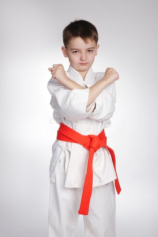De karate van de jongenspraktijk royalty-vrije stock afbeeldingen