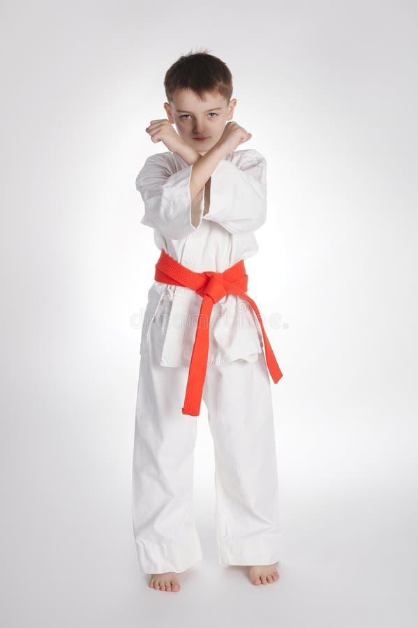De karate van de jongenspraktijk stock foto's