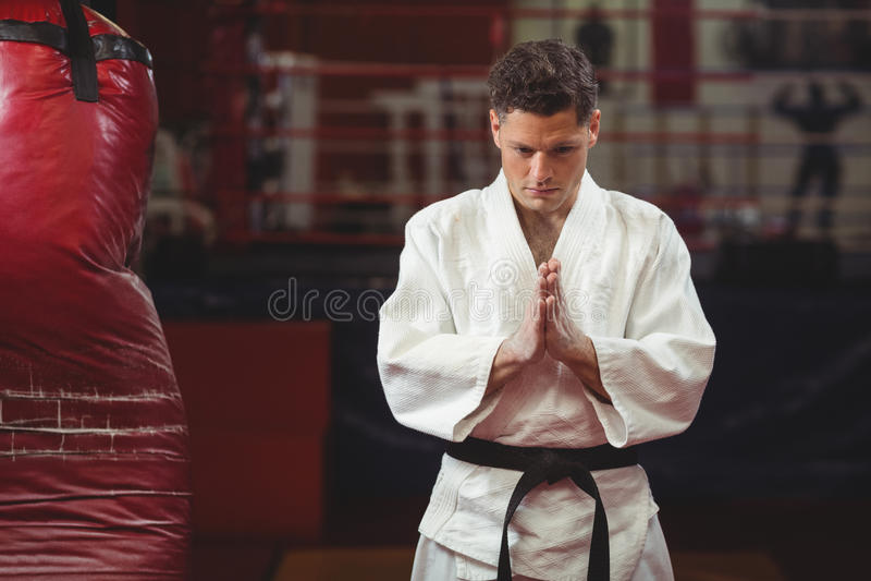 De karatespeler in gebed stelt royalty-vrije stock afbeelding