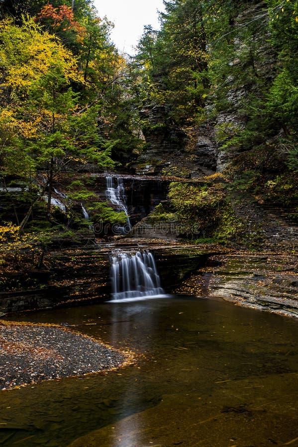 De karnemelk valt het Park van de Staat - Autumn Waterfall - Ithaca, New York royalty-vrije stock afbeeldingen