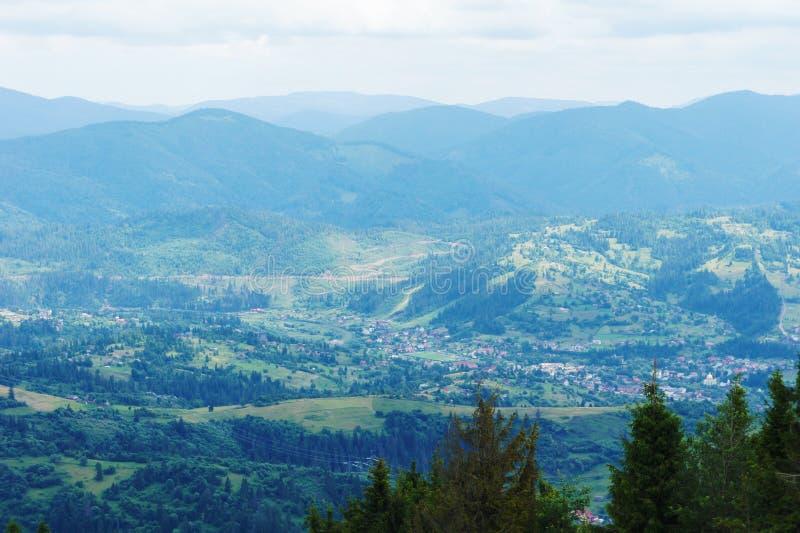 De Karpaten, de Oekra?ne blauw bergenlandschap in de afstand het landschap van de fotografieberg stock foto