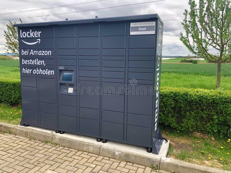 De kast van Amazoni? die bij een benzinepost wordt gevestigd in Ostfildern, Duitsland stock afbeeldingen